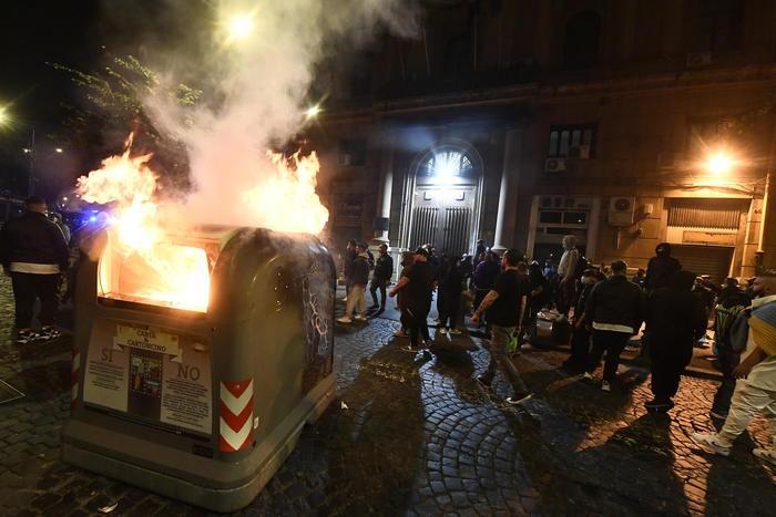 """""""宵禁""""第一晚 意大利那不勒斯爆发抗议示威"""