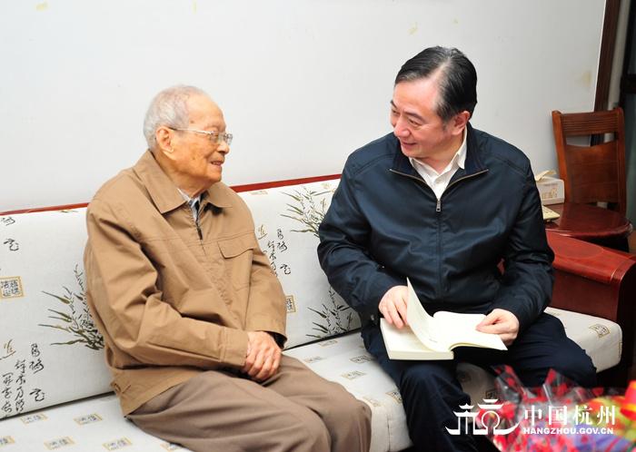 刘忻走访慰问百岁老人图片