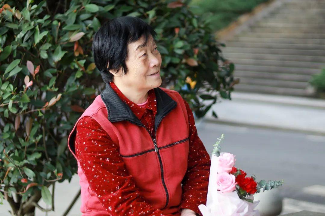 嘿!亲爱的老朋友,这束鲜花送给你!图片