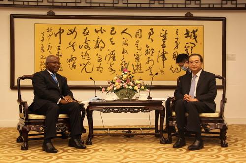 外交部部长助理邓励会见非洲驻华使团长、喀麦隆驻华大使