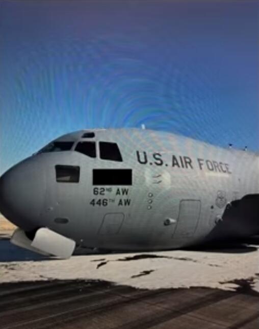 """美军C-17运输机前起落架故障靠""""蹭肚皮""""成功降落"""
