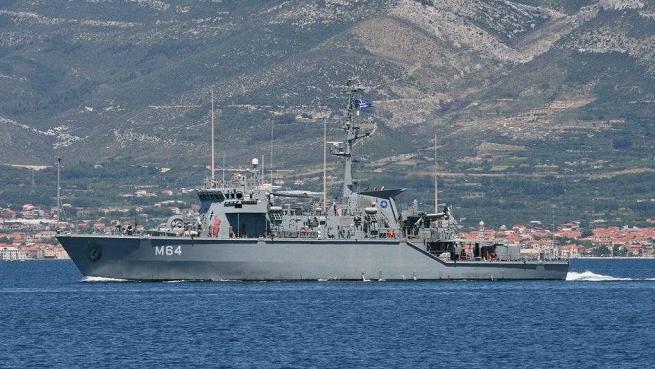 希腊集装箱货轮误撞扫雷艇 四名水兵落水
