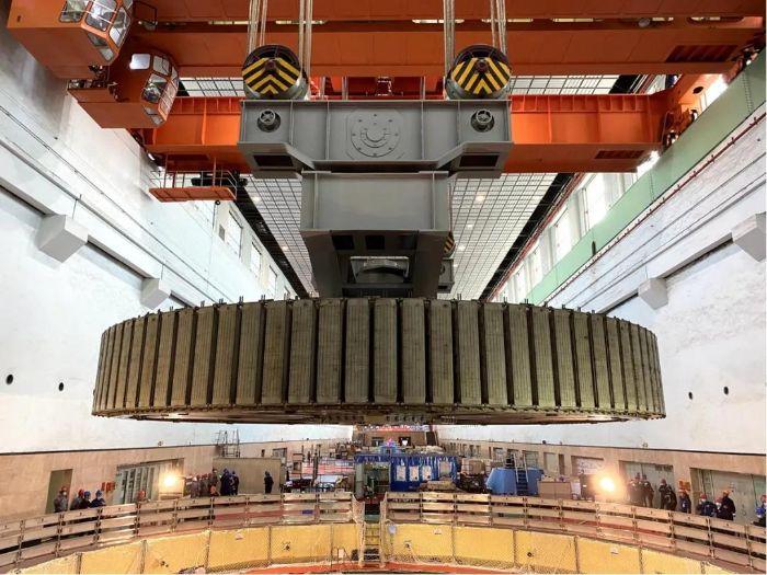 长江电力年度流域电站岁修首台检修机组转子顺利吊出