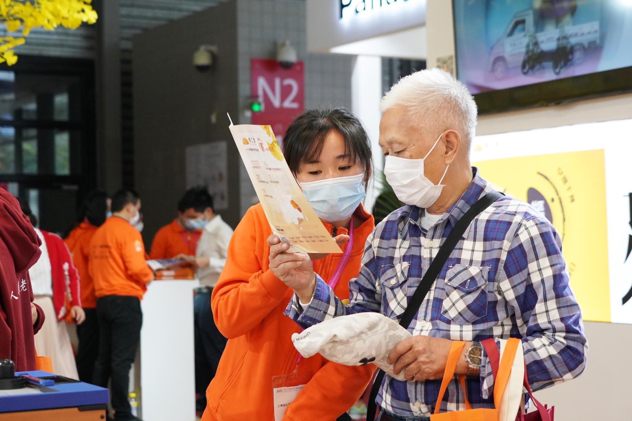 场会现展员作人工老在为正介市民年产适老绍阳(沈品 摄)。