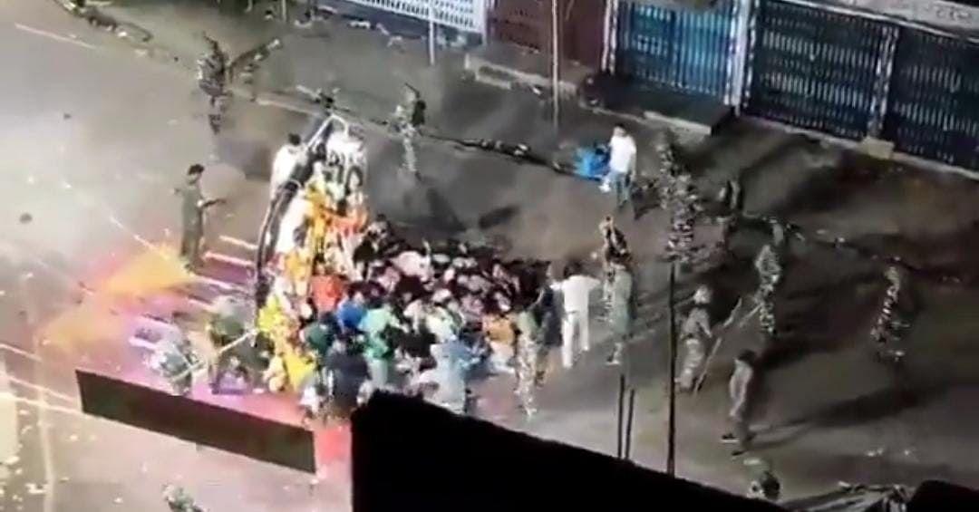 印度神像浸礼仪式有人头部中枪,警民冲突致27人受伤