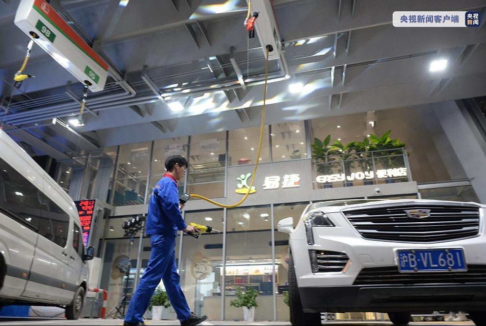 """中国国有""""第一加油站""""改建开放 悬挂式加油机崭新亮相"""