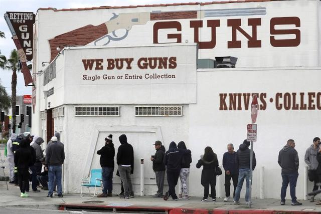 美媒:疫情期间美国人购买1510万件枪支,同比增长91%
