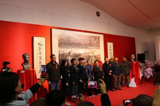 中朝美术交流展开幕,毛岸英妻子为毛岸英雕像揭幕图片