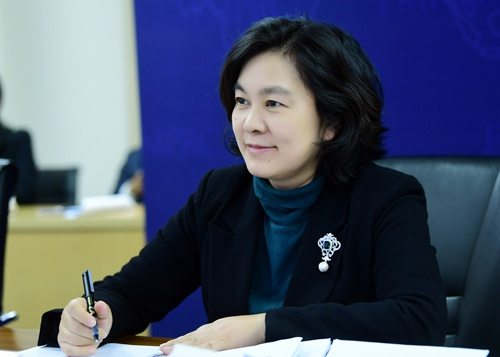 外交部新闻司司长华春莹与哈萨克斯坦外交部国际信息委员会主任阿布德拉赫曼诺夫举行视频磋商