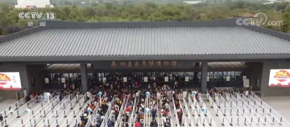 兵马俑景区迎客流高峰 开放时间延长图片
