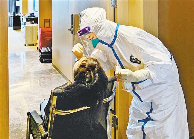 节假日疫情防控丝毫不放松 疾控人员坚守岗位采集核酸检测样本图片