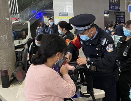 旅客车站接连遇困境 天津站民警逐一解决获称赞图片