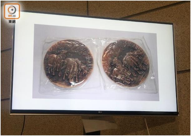 """警方起回两枚失贼铜币。图源:香港""""东网"""""""