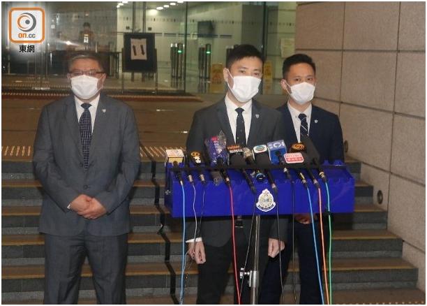 """警方交接案情。图源:香港""""东网"""""""