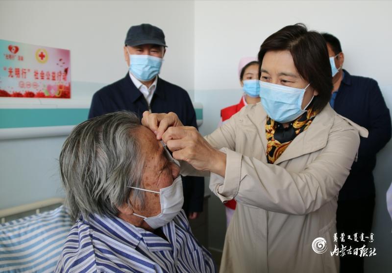 """2020年全区""""光明行""""社会公益活动走进阿拉善 布小林看望接受免费复明手术患者图片"""