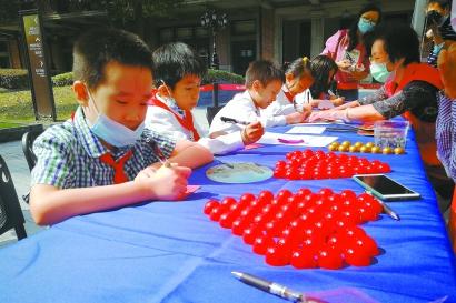 """上海市历史博物馆里 千余名孩子""""投递""""出对祖国的祝福图片"""