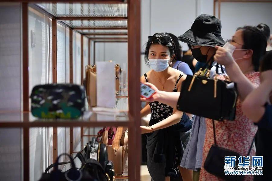 资料图:10月5日,旅客在三亚国际免税城购物。新华社记者 郭程 摄