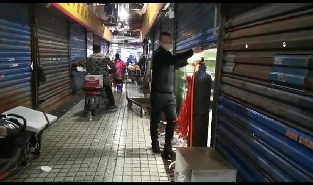 有商户正搬离店内物资。新京报记者 夏洪凯 摄