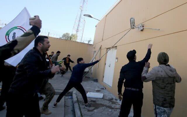 美使馆大门被砸毁 美谴责伊朗幕后指使并威胁报复