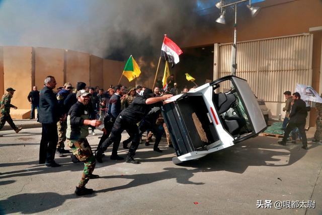 美全球最大使馆遭冲击,才100名美军增援!砸窗火烧吓不住美国?