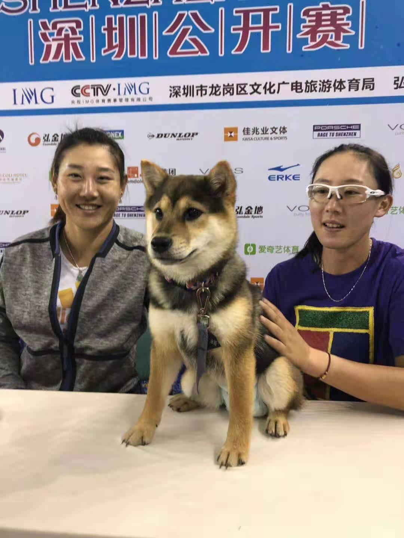 郑赛赛带爱犬出席发布会,将携手段莹莹冲赛季首冠图片