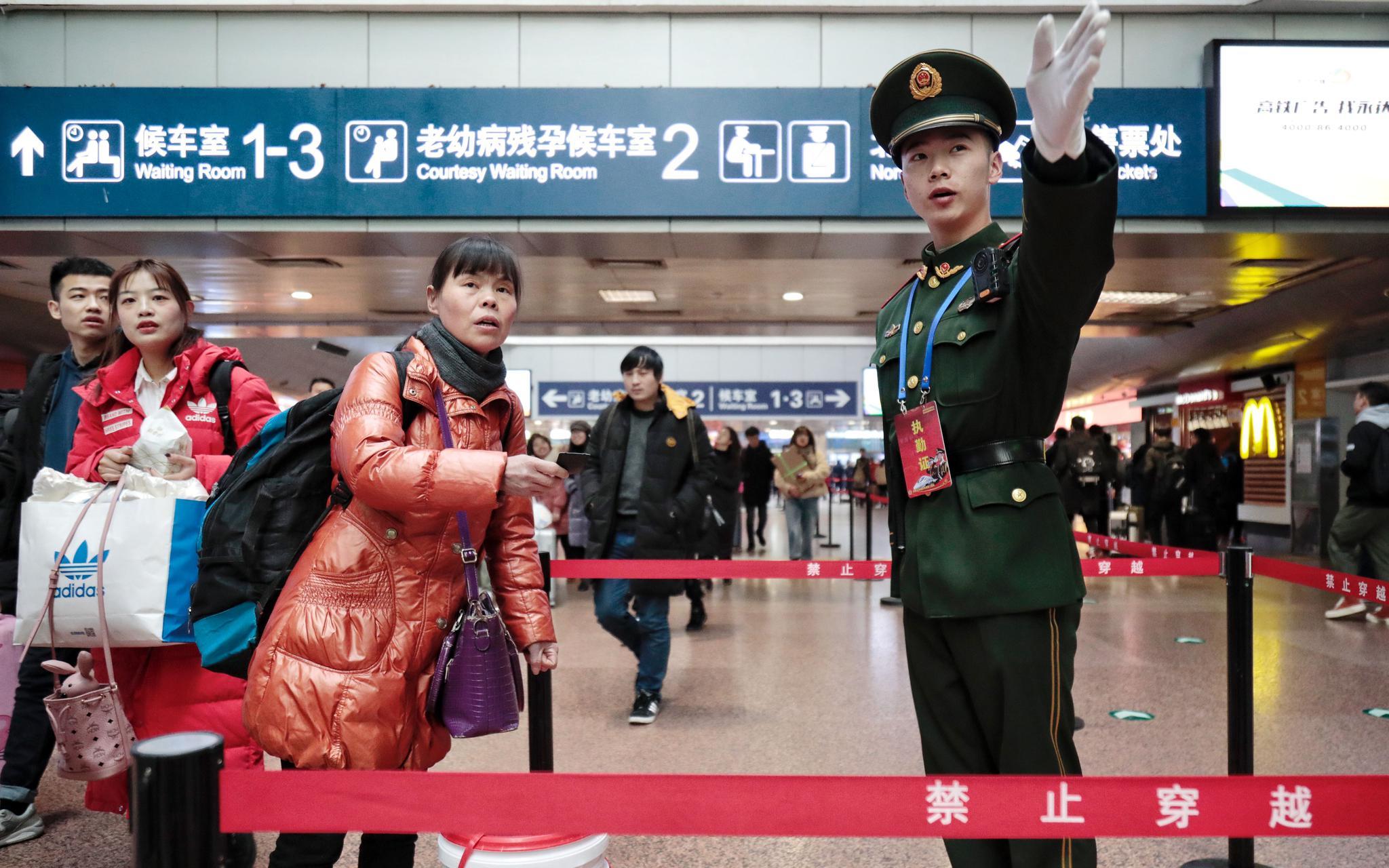 春运首日北京武警进火车站执勤,熟背发车表服务问路乘客图片