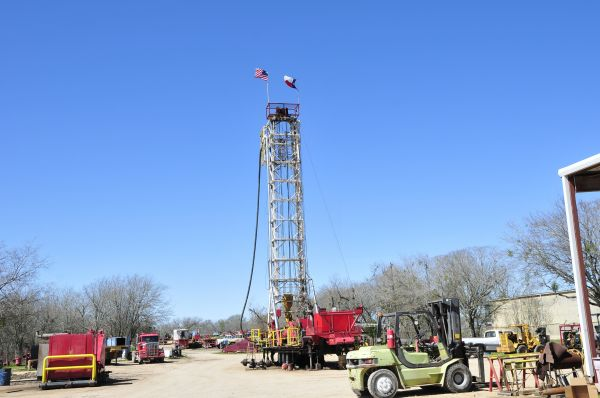 资料图:在美国得克萨斯州的石油小镇卢灵拍摄的一家钻井公司院内的一台钻机。(新华社)
