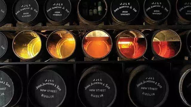 陈年时间不同,不仅威士忌的颜色不同,风味也不同,原酒也越来越少
