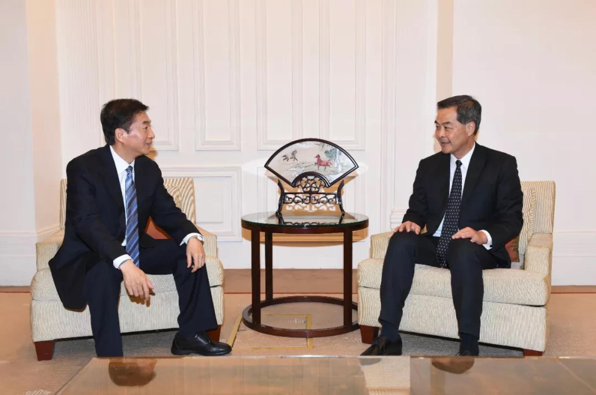 香港中联办主任骆惠宁拜会全国政协副主席梁振英图片
