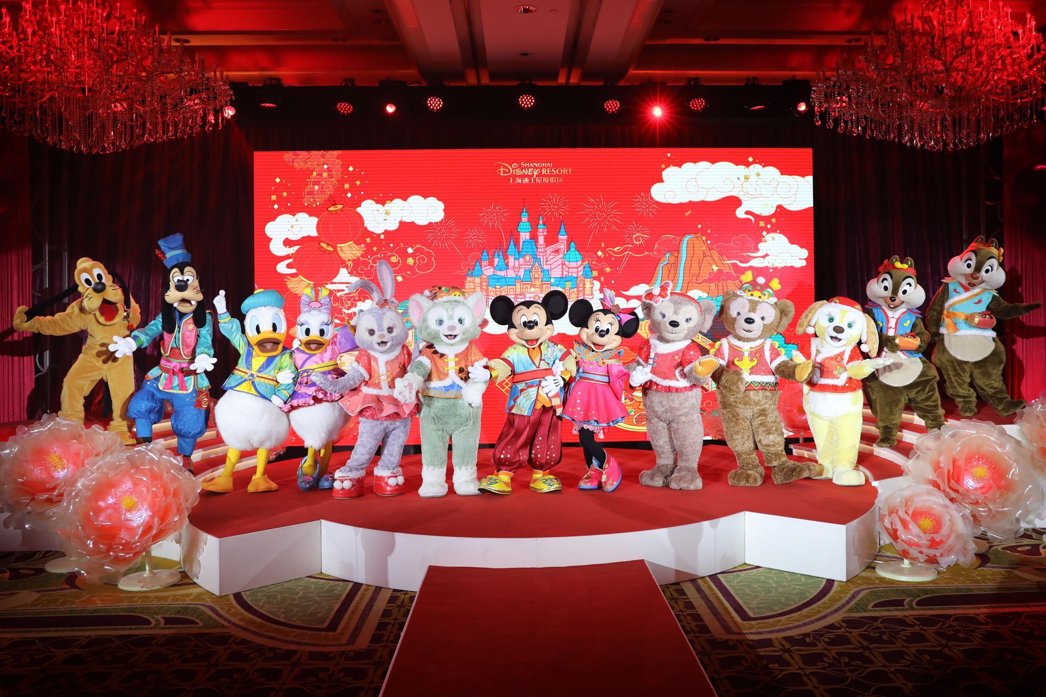 上海迪士尼推出春节主题活动,米奇米妮换新装