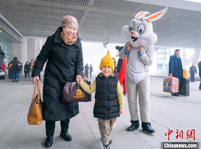 乘务人员装扮成卡通人物为乘客带来欢乐。 方正 摄