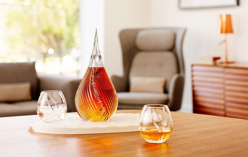 慕赫75年威士忌全球限量100支,每支售价高达47285美元,酒液盛装于泪滴形的手工制作水晶酒瓶中