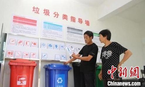 资料图:山西一农村垃圾分类指导墙。 靳晓姝 摄