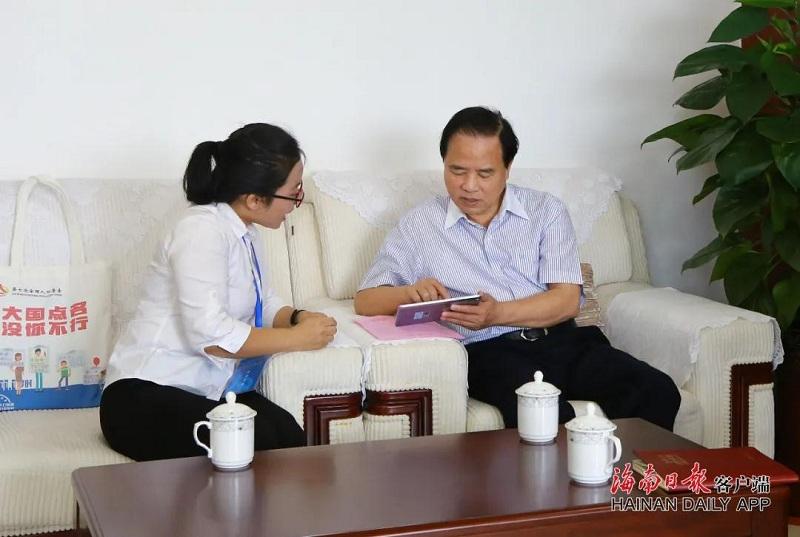 刘赐贵、沈晓明接受人口普查登记图片