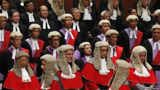 补壹刀:香港法官头上的假发,该摘下了!图片