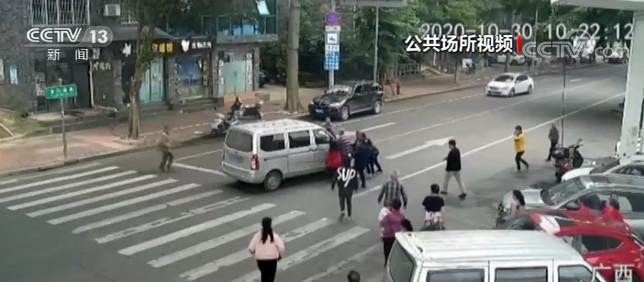 广西柳州:老人被撞卷入车底 众人10秒抬车救人图片