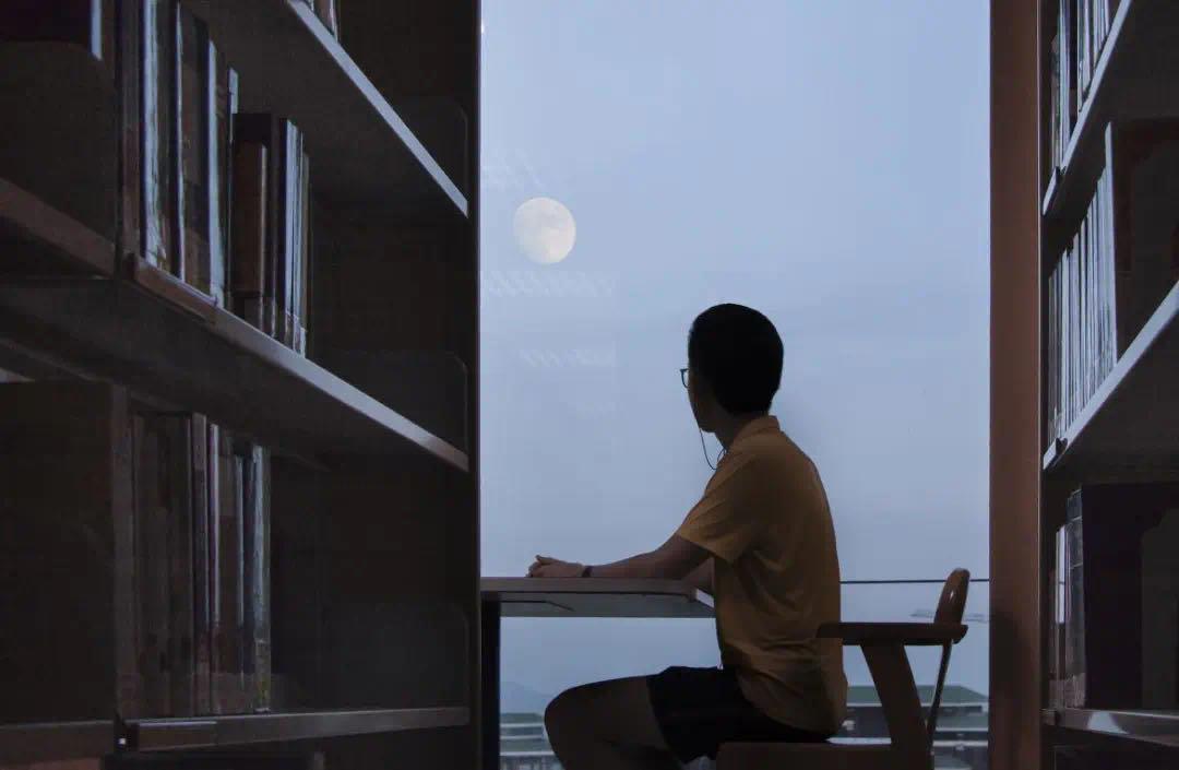校珠海▲馆图书区习生自学。