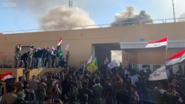 2019年12月31日,美国驻伊拉克大使馆遭袭。半岛电视台视频截图