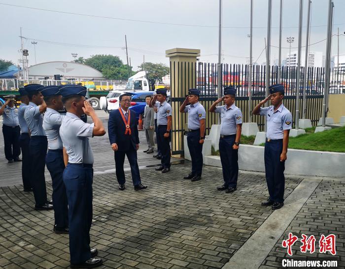 会见开始前,黄溪连大使检阅了菲海警仪仗队。驻菲大使馆供图