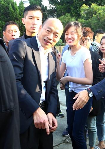 韩国瑜携女儿韩冰现身投票所投票 父女紧紧牵手