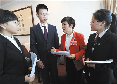 昨日,市政协委员张毅和同学们进行交流。新京报记者 王贵彬 摄