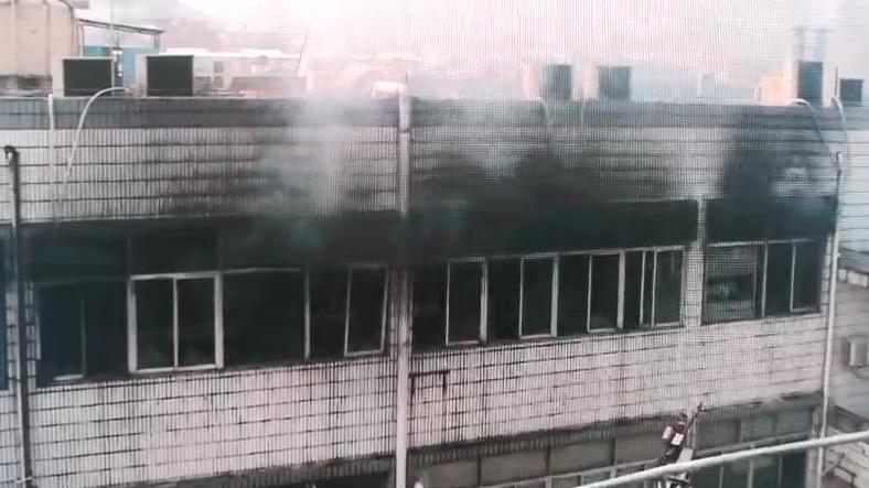 广东深圳一电子烟公司着火 明火已被扑灭无人员伤亡图片