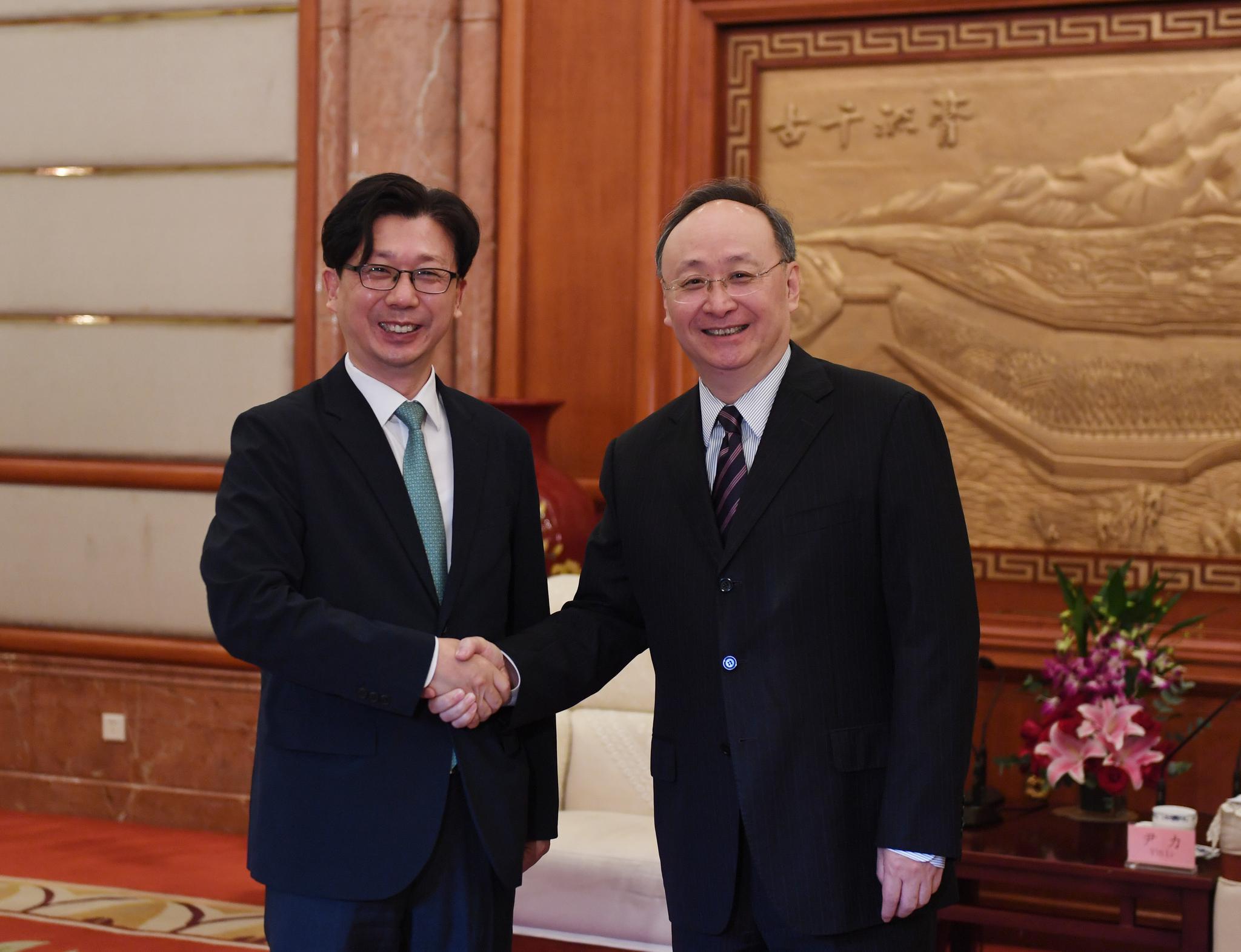 尹力会见将离任的韩国驻成都总领事张蹄壑图片