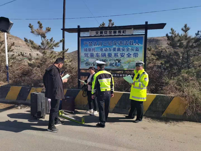山西省临县交警深入田间地头开展交通安全宣传图片