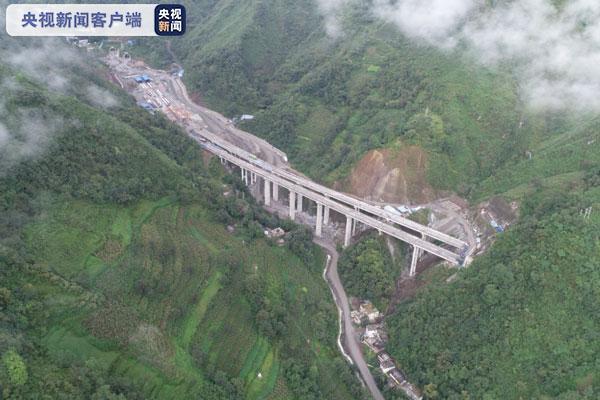 云南宜昭高速包谷山隧道贯通 全线25座隧道已全部实现贯通图片