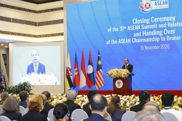 11月15日,在越南首都河内,越南总理阮春福在第37届东盟峰会及东亚合作领导人系列会议闭幕式上致辞。 新华社/越通社