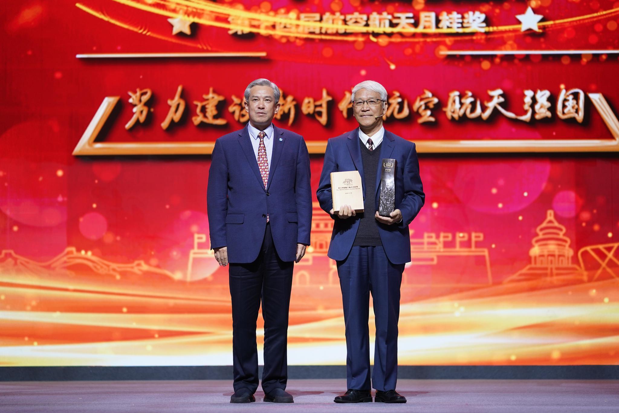 业空工航组团党集董记、书瑞长谭事泽为尹松勇颁奖。
