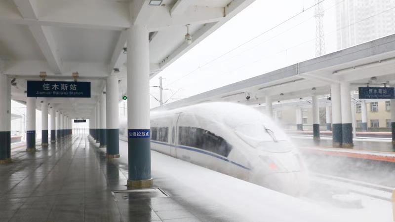 雨雪冰冻天气影响 哈尔滨铁路5对列车停运图片