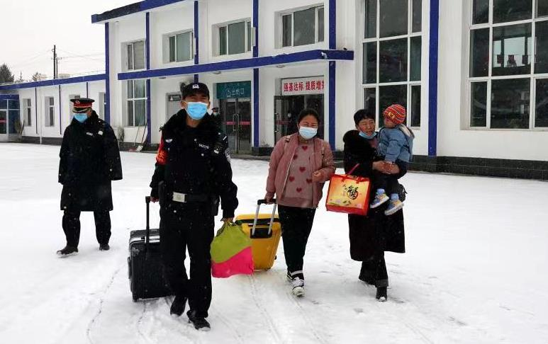 铁路公安机关迎战雨雪保安全图片