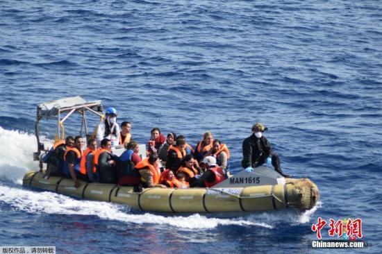 资料图:一艘载满难民的船只。